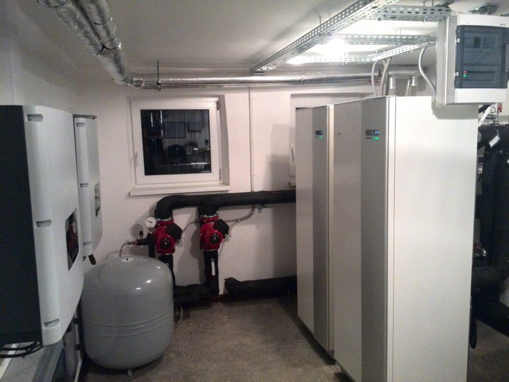 fot. 2 Pomieszczenie z pompami ciepła i z inwerterami PV w budynku wielorodzinnym w Szczytnie [źródło: PORT PC/ NIBE-BIAWAR]